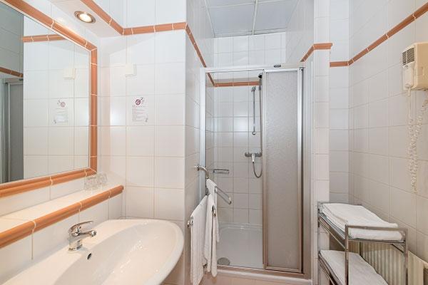 Vierbettzimmer/Badezimmer - Hotel MARC AUREL - Wien