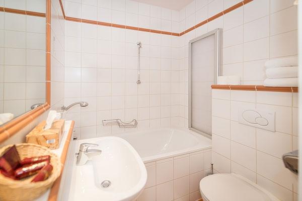 Dreibettzimmer/Badezimmer - Hotel MARC AUREL - Wien